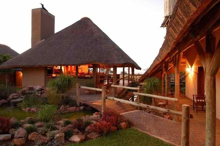 Frans Indongo Lodge: Garden in the Evening